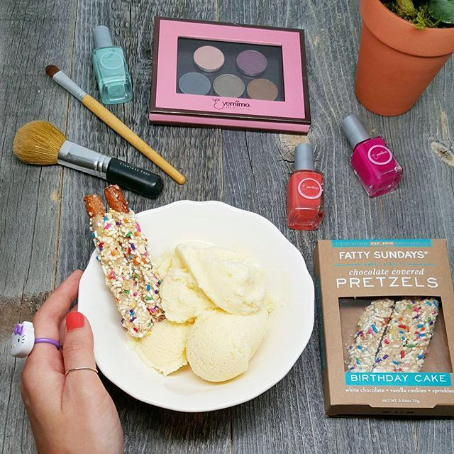 Tonight's fatty Sunday includes @FattySundays chocolate covered pretzels with birthday cake (yes, birthday cake!!! 😗) over ice cream + @EyemimoSanFrancisco's colorful nail polishes + Netflix... 💕
